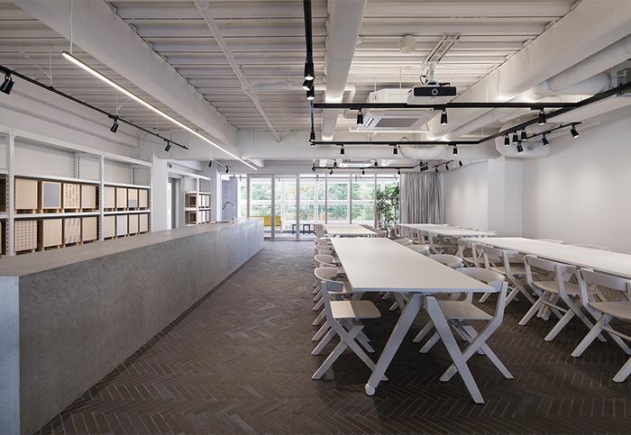 """2Fの多目的スペース「STUDIO」では、自主企画のイベントを開催しながら、レンタルスペースとしての開放を予定しています。7月にはプロダクトデザインのコンペティション""""KOKUYO DESIGN AWARD""""のトークショーが行われ、8月にはオリジナルの図工椅子が作れるワークショップが開催されました。お客様や地域の方と交流を持ちながら、モノやコトについて考えられる場所を目指しています。"""