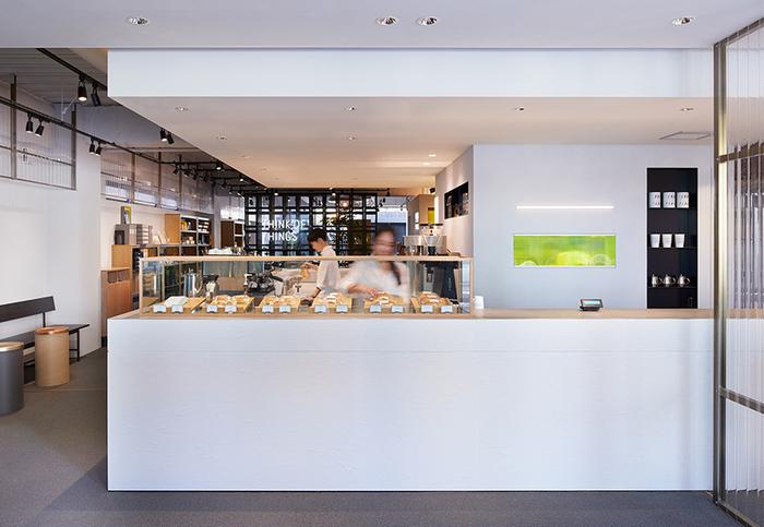 さらに1Fには、東京・三軒茶屋にある有名店「OBSCURA COFFEE ROASTERS(オブスキュラ コーヒー ロースターズ)」プロデュースのカフェも併設しています。4種類のコーヒーを基本としたドリンクメニューと、フード系&スイーツ系を揃えたワンハンドスタイルのコッペパンサンドを提供。清潔感あふれるお洒落な店内で、ハンドドリップによる本格的なコーヒーと、美味しいフードメニューを堪能できます。