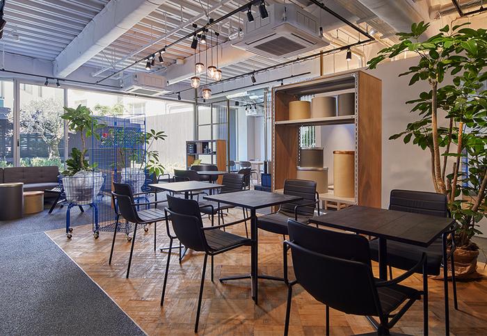 ショップと同じフロアに併設されたカフェは、東京・三軒茶屋の「OBSCURA COFFEE ROASTERS(オブスキュラ コーヒー ロースターズ)」がプロデュース。カフェは中庭と繋がっており、ゆったり寛げるおしゃれな雰囲気です。店内にはテーブル席やソファ席をはじめ、半個室のようなミーティング席も用意されています。フリーWi-Fiも備えているので、仕事の打ち合わせなどにもおすすめです。外の景色を眺めながら、つい長居したくなる素敵なカフェです♪