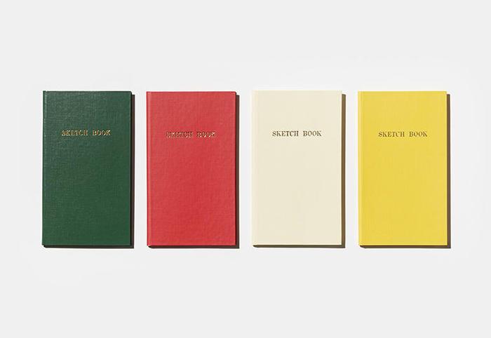 """""""測量士のノート""""として1959年に発売されて以来、土木工事や建設の現場を力強く支えてきた「測量野帳」。屋外で片手で持ちながら筆記しやすいよう、表紙には耐久性に優れた硬い素材を採用。携帯に便利な絶妙なサイズ感と、おしゃれなカラーリングも特徴です。その機能性の高さから最近では手帳や日記など、様々な使い方で愛されています。ショップ内では測量野帳の名入れサービスも行っているので、ぜひオリジナルノートをカスタマイズしてみませんか?"""