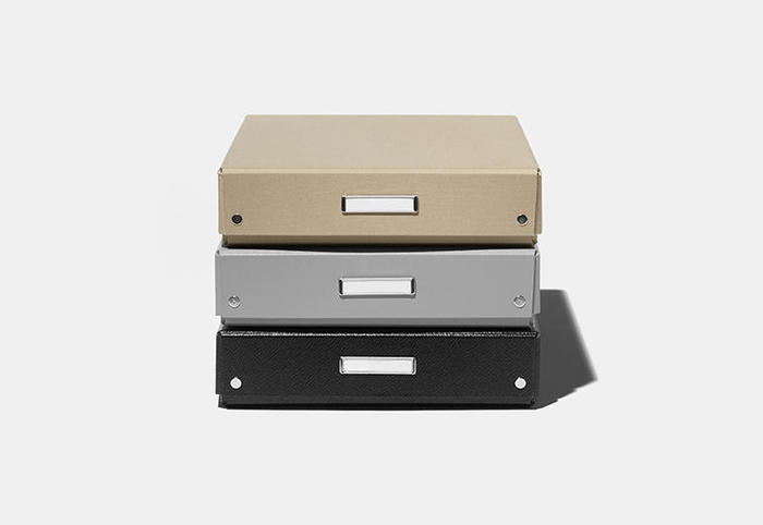 子供の頃、学校で使っていた昔懐かしい「デスクトレー」。デスク周りの収納をはじめ、書類整理や道具箱など、幅広い用途に活躍する万能BOXです。クロスなどを見直して大人っぽくアップデートしたデスクトレーは、思わず色違いで揃えたくなるほどの可愛さです。