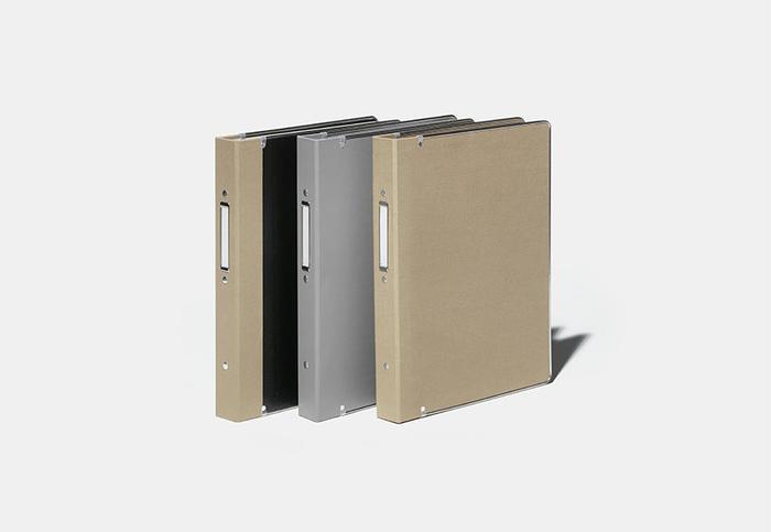 1963年から製造されているバインダーをベースにした「リングファイル」。オーソドックスな外観はそのままに、30穴仕様から馴染みある2穴タイプに変更されました。レバー操作で開閉できるロック付き、長期使用を可能にするステンレス製のふち金付きなど、こだわりのディテールも特徴です。