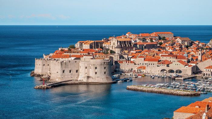 アドリア海に面したクロアチア最南端の街のドゥブロブニクは、クロアチアを代表する観光地の一つで、その美しさは「アドリア海の真珠」と形容されるほどです。