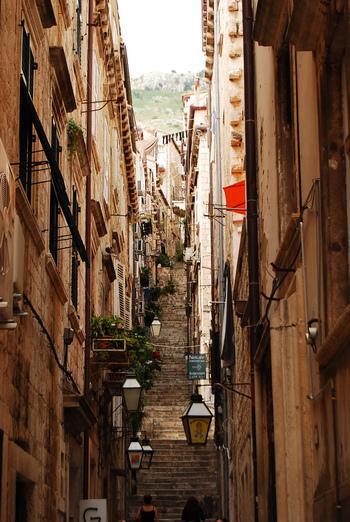 1991年のドゥブロブニク包囲によって多大な損害を被ったものの、中世の街並みは見事に再現されており、旧市街に一歩足を踏み入れると数世紀前にタイムスリップしたかのような錯覚を感じます。