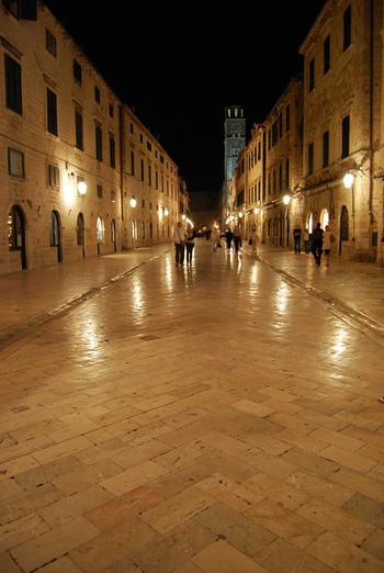 夜になると、プラツァ通りに敷かれた石畳が、道の両側に並ぶ建物の窓から漏れる灯りと街燈の灯りを鏡のように映し、幻想的な雰囲気が漂います。