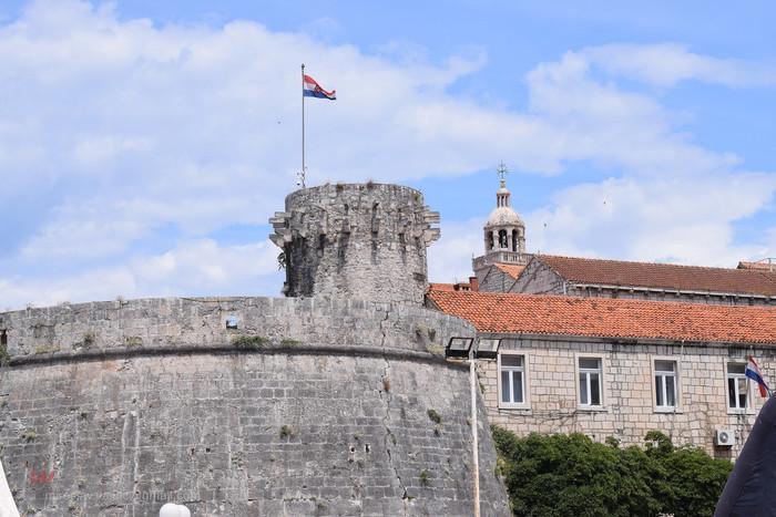 14世紀から都市国家として煌びやかな歴史を歩んできたドゥブロブニク旧市街は、周囲約2キロメートルの城壁に囲まれており、城壁内を歩いて一周することができます。