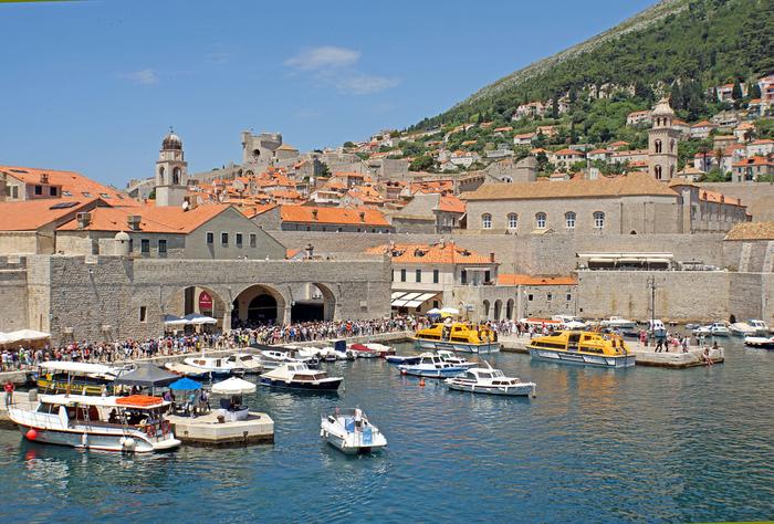 かつてはドゥブロブニクの玄関口として重要な役割を果たしていた旧港は、現在、ロクロム島などの近郊の島へ向かう小型船の発着地となっています。