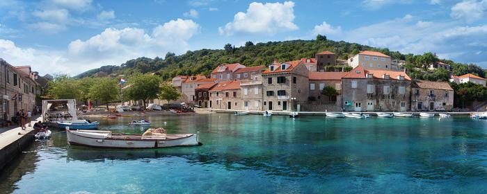 ドゥブロブニク旧港の海は、港とは思えないほどの美しさです。透明な紺碧の海は、小型フェリーが停泊する港からでも海底が見えるほどです。どこまでも澄んだアドリア海の碧い海は、輝かしい歴史を歩んできたドゥブロブニク旧港の魅力を引き立てています。