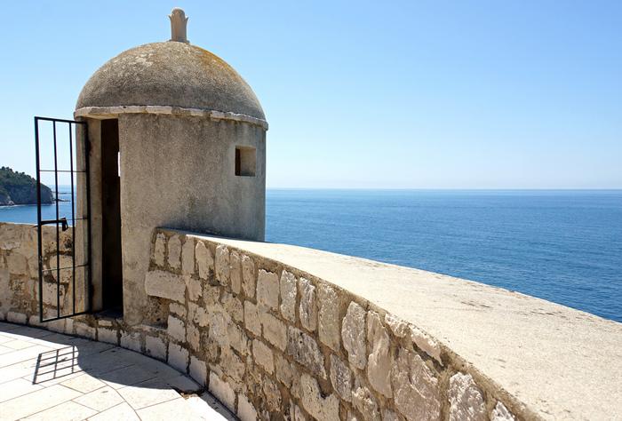 城壁から眺めるアドリア海の美しさは傑出しています。抜けるような青空、照りつける陽射し、陽射しを浴びて紺碧に輝く海、はるか遠くに見える水平線が織りなす景色は、絵画のようです。