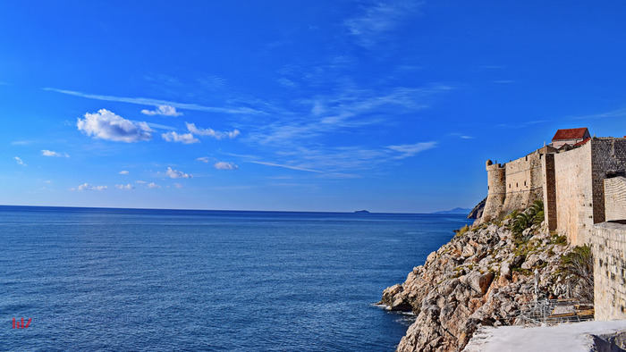 陽射しを浴びてキラキラと輝く紺碧のアドリア海、遠くに見える水平線、かつて都市国家として栄えた旧市街が織りなす景色は絶景そのものです。