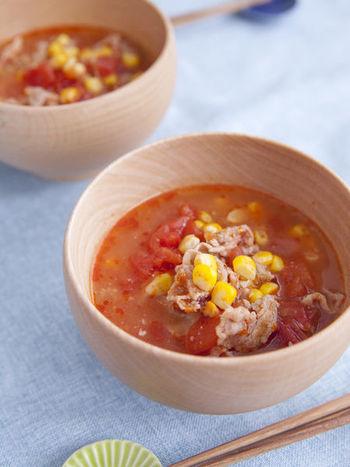 豚肉とカットトマトを使った出汁いらずのお味噌汁。トマトと味噌、意外な組み合わせですがこれが絶妙な美味しさ!トマトは加熱することで栄養の吸収率がアップするそう。スープのような新感覚の味噌汁です。