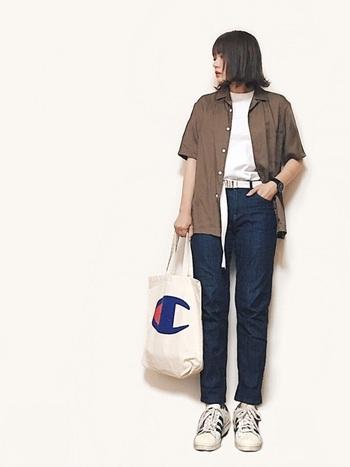 女性が着ると絶妙なサイズ感のメンズシャツは、カジュアル&スポーティーなコーデに使えますね。