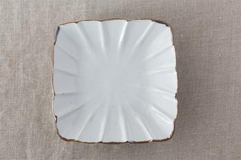 で鉄釉で黒く縁どられた「皮鯨輪花角皿」。ドレープのような柔らかなヒダが角皿に温かみを与えています。