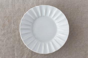 九谷の白磁の土をそのまま生かした「白磁輪花」。まるで花びらのような美しいデザインが、食卓を上品に彩ります。