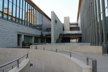 様々な形をしたコンクリートや、大きな窓が魅力の美術館。話題の美術展はもちろん、素晴らしい建築にも触れることができます。