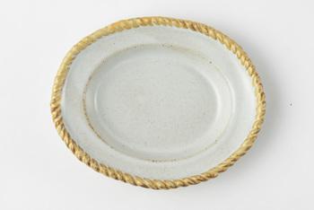 土物の素朴な風合いと高級感漂うゴールド縁。どこかアンティーク食器のような魅力がありますね。