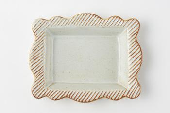 陶器の重厚感に可愛らしい縁柄が印象的なSENのframeシリーズ。やや深さがあるプレートなので、汁気がある食べ物にも使えます。