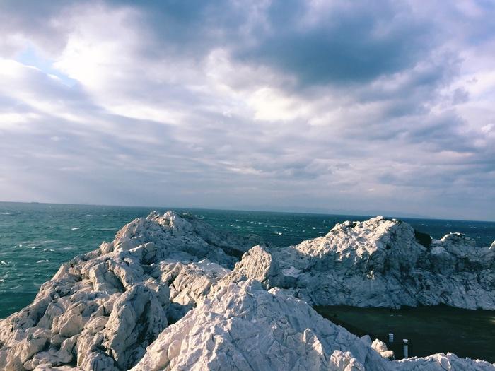 和歌山県は日高郡由良町にある「白崎海洋公園(しろさきかいようこうえん)」。「日本の渚百選」にも選ばれた白崎海岸を望む公園の高台からは、感動の景色が広がります。