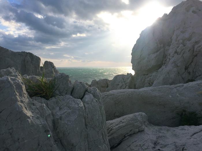 「日本のエーゲ海」とも称されるこの景色は、いくら見ていても飽きないほど。空と海をバックに、自然の雄大さを感じる写真を撮って。