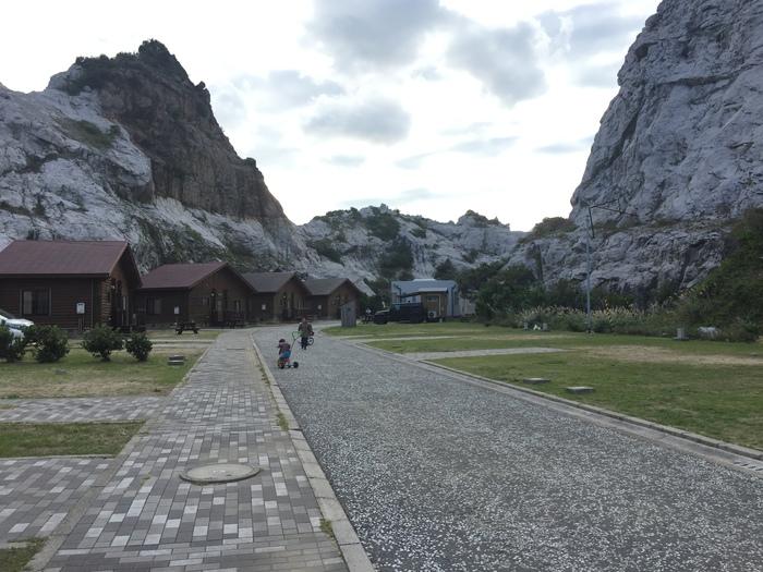 公園内には、ロッジやテントを張れるキャンプサイトがあり宿泊もOK。美しい岩々に囲まれながら、バーベキューも楽しめますよ。