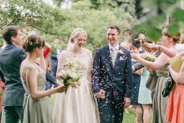 結婚式、二次会に加えて、最近では結婚式よりカジュアル、二次会より改まったイメージの1.5次会まで、ウェディングパーティーとひとくちにいっても形態は様々。パーティースタイルによってファッションマナーも少しずつ違うと言われています。そこで今回は、シンプル&ナチュラル派の方向けのドレスアップスタイルとお呼ばれファッションマナーをご紹介します♪