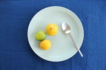 食卓をグレードアップさせてくれるシンプルモダンなプレートは、他にはない独特の色合いが心惹かれます。こちらは、優しいペールブルーのプレートです。