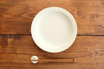 シンプルなアイボリーは、飽きがこないので毎日使いたくなる普段使いのお皿に。
