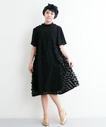黒のドレスもふわっとしたデザインならナチュラルさんにも着こなしやすい。ただし全身ブラックは結婚式など華やかな場には不向きとされていますのでご注意くださいね。パンプスの華やかゴールドとのバランスを見ながら胸元にもアクセサリーをプラスするとより素敵です。