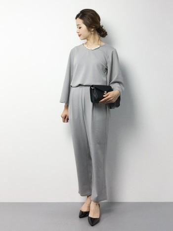 最近人気のパンツスタイルはビジネススーツではなく上品で華やかさのあるものを選びましょう。小物を黒で揃え、アクセサリーで華やかさを出したオールインワンスタイルは大人っぽい上品さがあって素敵です。