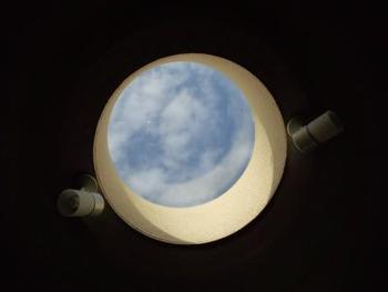 天井にあいた丸い穴から見える青空をおさめた一枚。色んなアイデアでオリジナリティのある写真にチャレンジして。