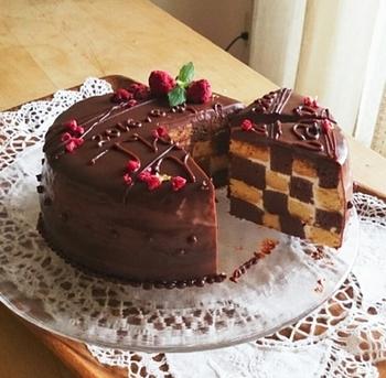 ジョコンドビスキュイを使って、減バター&減糖にしたヘルシーなレシピ。ラズベリーのトッピングがチョコレートブラウンによく映えますね!