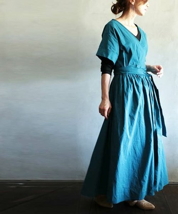 シンプルなアイテムこそ、素材や形にこだわって。ナチュラルな雰囲気たっぷりのワンピースは鮮やかなブルーが印象的。ウエストのリボンを結んで大人かわいいスタイルも素敵♪