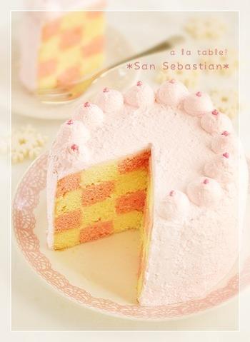 フリーズドライの苺を生地に練り込んで作ったサンセバスチャン。淡いピンク色のクリームで可愛らしいデコレーションを楽しんで♪