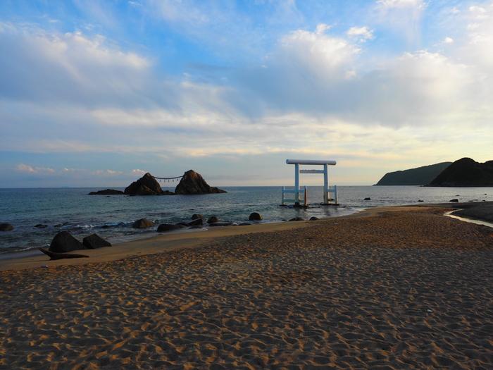 夏至のころには、しめ縄で結ばれた夫婦岩の間に夕日が沈み、美しい景観を楽しめます。