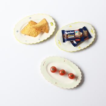 蝶々が描かれたオーバルのプレートもキュート♪取り皿としてはもちろん、お菓子のプレートとしても使えます。