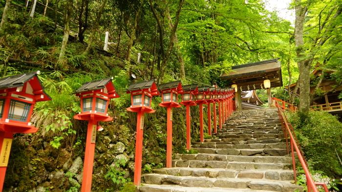 川床から少し歩くと、貴船神社があります。水を司る神様が祀られていて、縁結びのご利益がある神社として有名です。