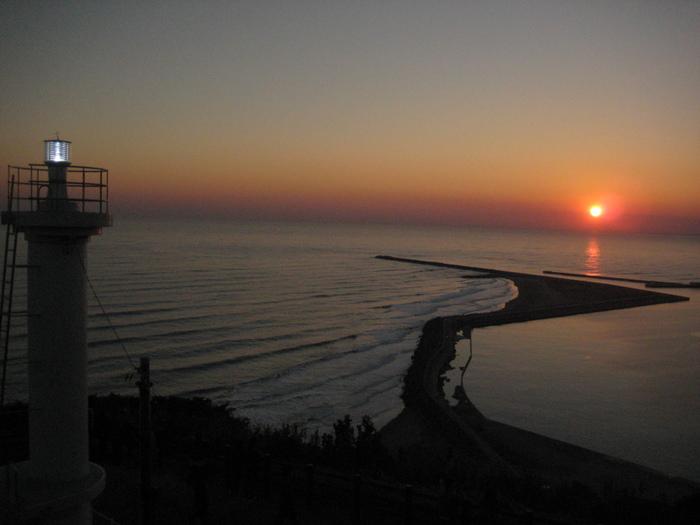 静かな海面に沈む刑部の夕日。 心が落ち着きます。