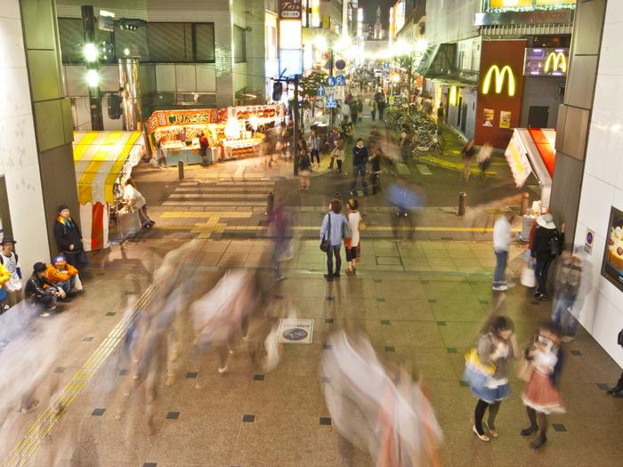 地元の人も観光客も、老若男女が集まる福岡の繁華街・天神。中心部を南北に貫く渡辺通には、百貨店やファッションビルなど多くの商業施設が立ち並び、路線バスがひっきりなしに走り抜けます。そんなにぎやかなメインストリートの西側に位置する「大名」エリアは、小さな通りにファッションブランド、レコード店、飲食店などのおしゃれな路面店が並び、特に若者に人気のエリアです。今回は、大名エリアを中心に、特にコーヒーにこだわりを持ったおすすめのカフェを紹介します。