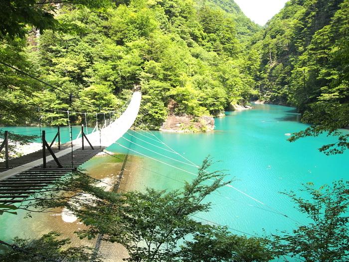 「寸又峡(すまたきょう)」は、大井川水系上流にある観光名所で、その美しさは「21世紀に残したい日本の自然100選」や、「新日本観光地100選」に選ばれるほど。