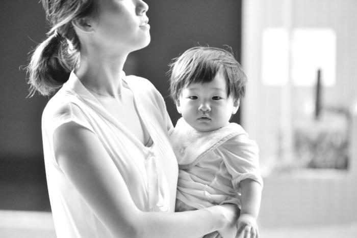 小さな子供や赤ちゃんはすぐに抱っこしてほしいとせがむもの。両手があくリュックなら子供をさっと抱っこしてあげられますね