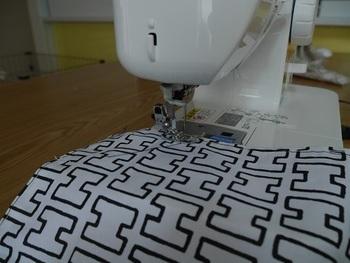 布の端を四辺すべてミシンで縫います。端がほつれないようにするためです。ミシンが苦手な人は、手縫いや布用の両面テープなどを使ってもOKです。