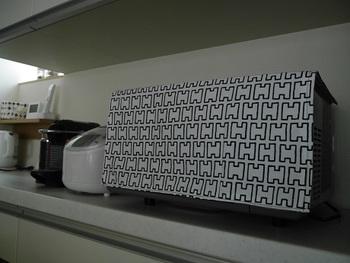 電子レンジカバーに。モノトーンの布で作ればすっきりと見えますね。