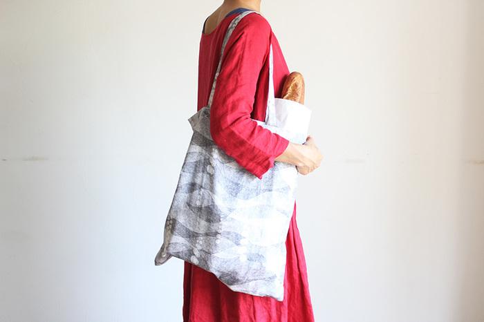 まっすぐに袋状に縫って、ポケットと持ち手をつければできるエコバッグ。1メートル分の布があれば、大きいサイズのエコバッグができるんです。