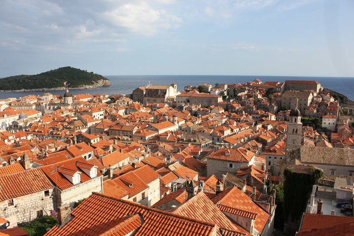 高さ25メートルの城壁からは、素晴らしい眺めが待っています。瓦屋根のオレンジ色とアドリア海の紺色のコントラストが美しく、城壁散策はいつまで歩いていても飽きることがありません。
