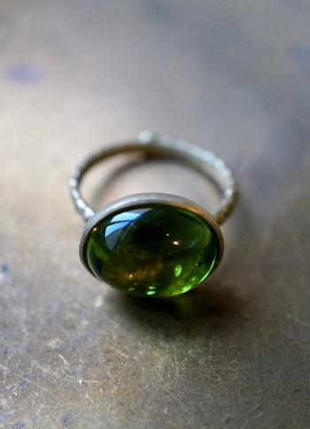 ころんと丸みのあるペリドットの光沢をマットなゴールドが引き立てるリングは、手をキレイに見せてくれそう。石の形に合わせて作るハンドメイドリングなので、世界に1つだけのお気に入りになるかも。