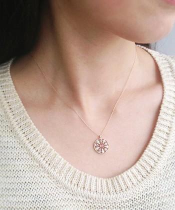 ピンクトルマリンを中心にアメジスト、ブルームーンストーン、ダイヤモンドを花のような模様にデザインしたネックレス。  それぞれの石の魅力が際立つ、日本の職人さんのハンドメイド。細かい技が光りますね。