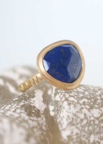 親子何代も受け継がれてきたようなレトロなイメージのリングは、吸い込まれそうなブルーが印象的。天然石の形を生かしてデザインしたリングなので、同じものはない世界にただ1つのもの。  歳を重ねても使えるアクセサリーは大切にもっていたいですね。