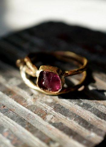 アンティーク風のリングもステキ。大ぶりなルビーを真鍮の台で留めています。ミステリアスな雰囲気をたたえたリングは、大人っぽいファッションに似合いそう。  使い込むごとに変化する真鍮の色合いも一緒に楽しみたいですね。