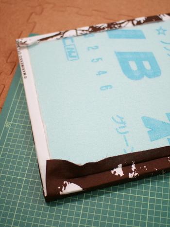 発泡スチロールの板や、スタイロフォームと呼ばれる断熱材の板を使用します。板に切り込みを入れて布を挟み込むだけなので、気軽に布を取り換えることも可能です。