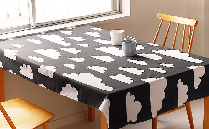1メートルの生地があれば、テーブルクロスになります。とりあえずサッとかけるだけで、テーブルのイメージチェンジが簡単にできます。ミシンも針も糸もなにもいらないので、家に使い道の決まっていない布があればまずはチャレンジしてみましょう。
